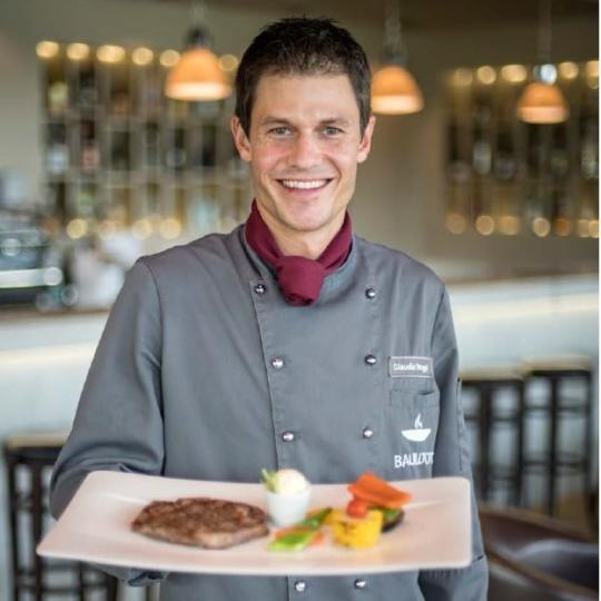 BAULÜÜT-Küchenchef Claudio Renggli mit Ribeye Steak