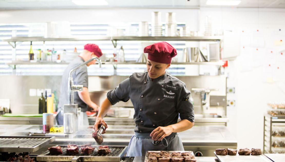 Baullüüt: Köchin wendet Steaks auf dem Grill
