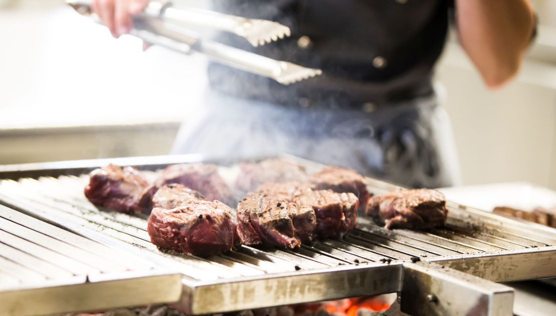 Steaks auf dem Grill im Baulüüt