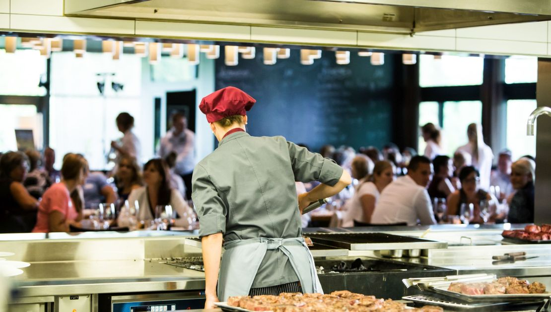 Offene Küche im Baulüüt: Die Gäste schauen zu