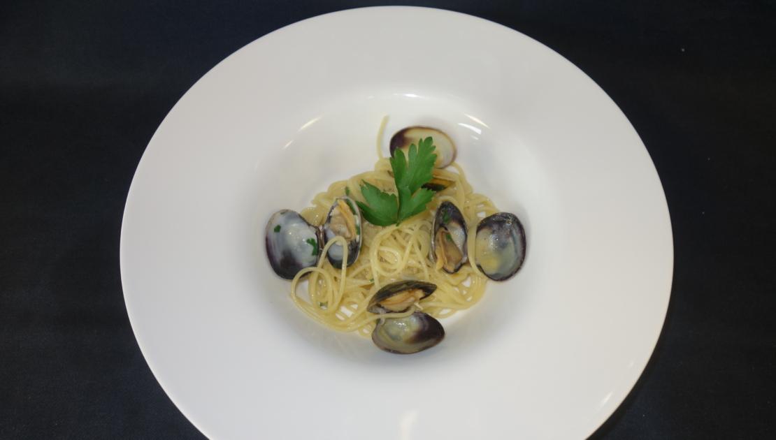 schön angerichteter Teller: Pasta essen im Baulüüt