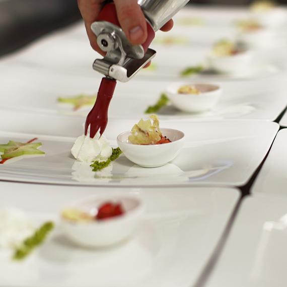 Anrichten des Desserts im Baulüüt