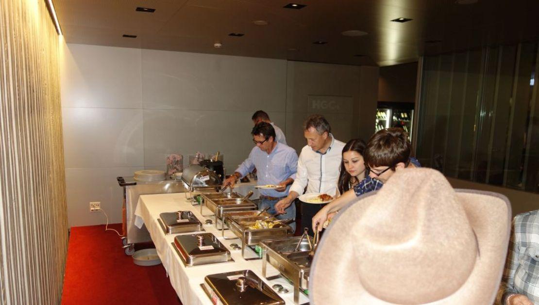 Gäste im Baulüüt am Buffet