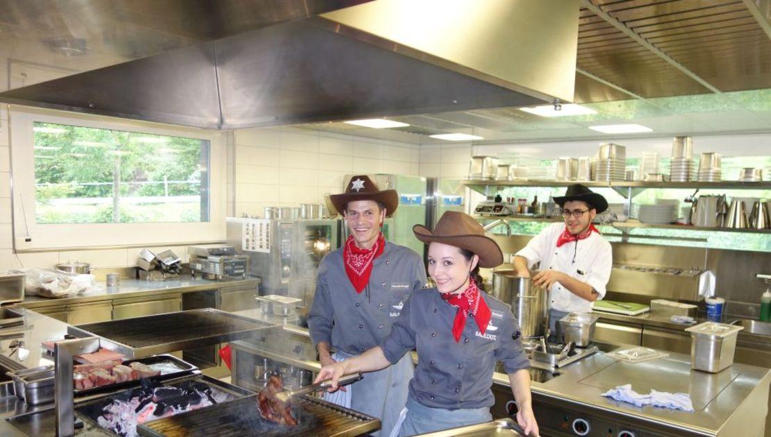 Mitarbeitende des Baulüüt im Cowboy-Look