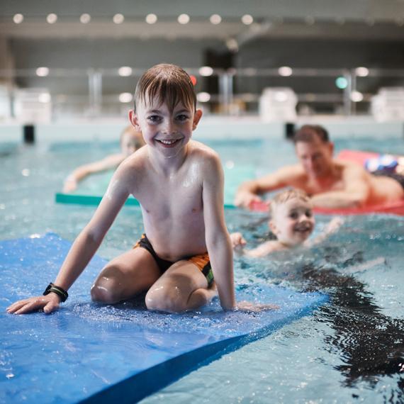 Schwimmen in der Sportarena